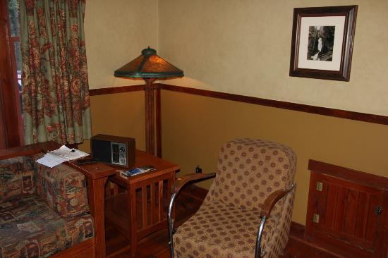 Johnston Canyon Resort: Living room