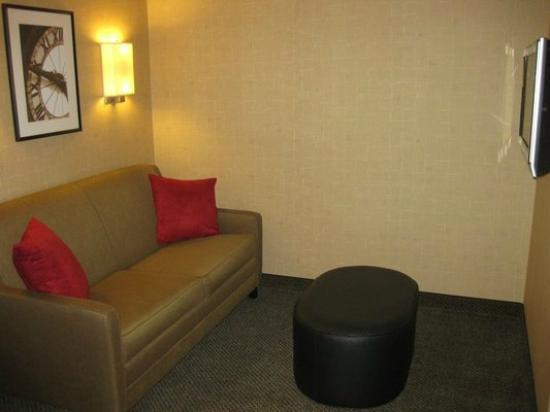 SpringHill Suites Minneapolis-St. Paul Airport: Separate Theater Lounge within Room