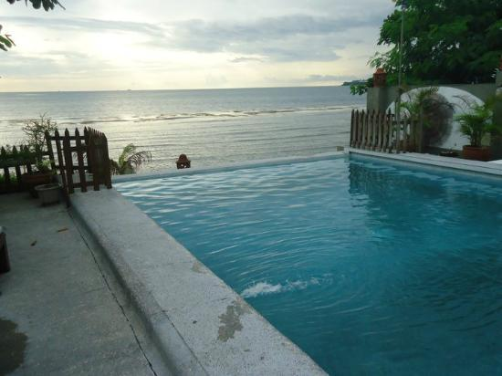 Sunset Bay Beach Resort: Infinity Pool