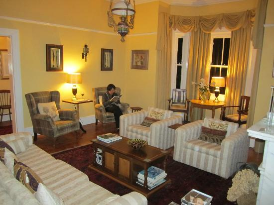 Braeside Guest House: The beautifully furnished and decorated lounge