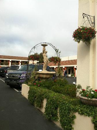 Millwood Inn & Suites: Outdoor courtyard