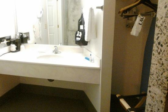 La Quinta Inn & Suites Irvine Spectrum: Sink and closet, brightly lit