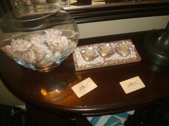 Beach Village at The Del: Foyer table