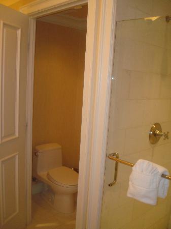 Hotel del Coronado: Separate bathtub, toilet and shower rooms.