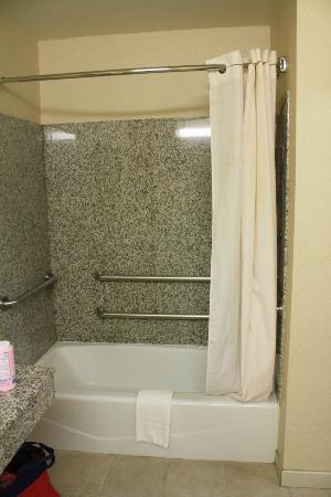 Comfort Inn & Suites Near Universal - N. Hollywood - Burbank: Shower