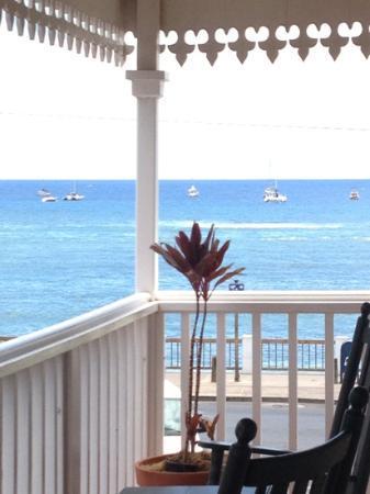 Lahaina Inn: Another balcony view.