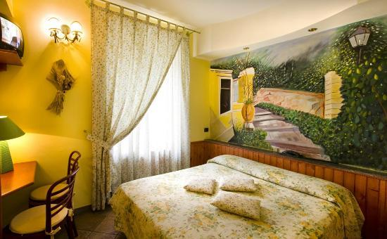 Hotel Europeo & Flowers: Double or twin bed room.
