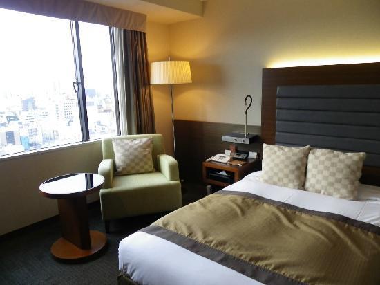 Nagoya Tokyu Hotel: ベットとテーブルの雰囲気です。ゆったりしています。