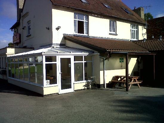 The Black Horse Inn: Conservatory at the side of the pub