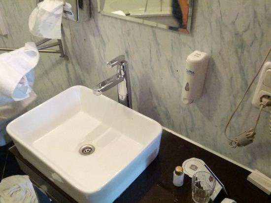 Hotel Kiel by Golden Tulip: Sink in the bathroom