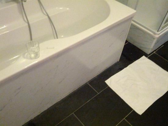 Hotel Kiel by Golden Tulip: Bathroom floor near bathtub