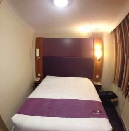 Premier Inn Cardiff North Hotel: basic bedroom