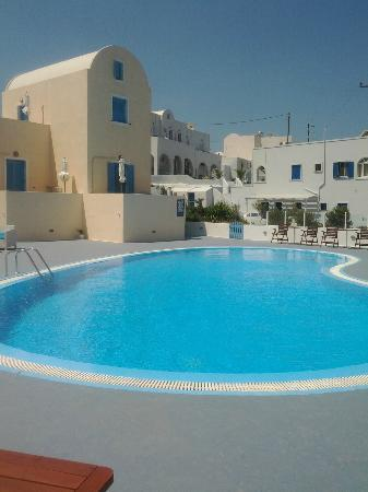 Maria's Place: Pool view and hotel