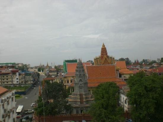 Ohana Phnom Penh Palace Hotel: View from rooftop restaurant of Phnom Penn