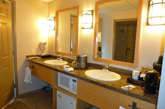 Tunnel Mountain Resort: bathroom