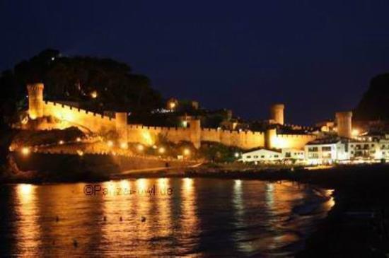 Camping Cala Llevado : Burg Tossa bei Nacht