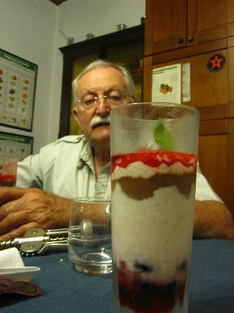 Cascina Cesarina B&B: Super dessert with manager looking on