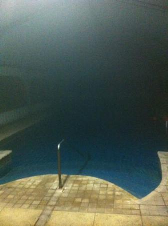 La Casa de Maria Rafaela : La piscina de noche. Mucho vapor por la agradable temperatura y el contraste del exterior en inv