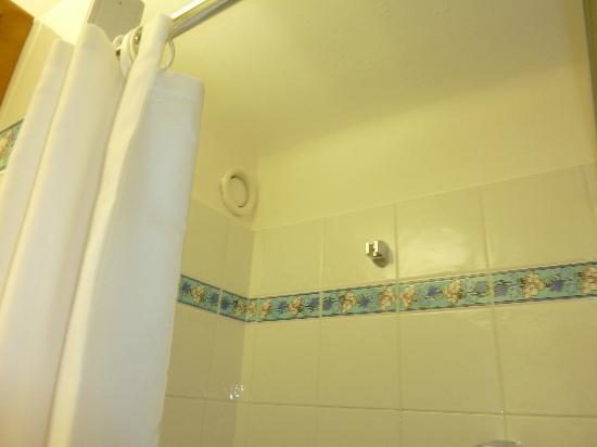 Chalet hotel La Marmotte : Porte pommeau de douche, je suis trop petit !