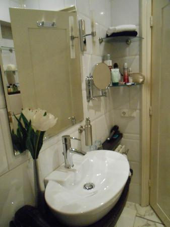 Hotel Synopsis: Garden Room Bathroom
