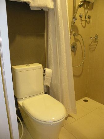 Imm Hotel Thaphae Chiang Mai: WC y ducha en el mismo nivel