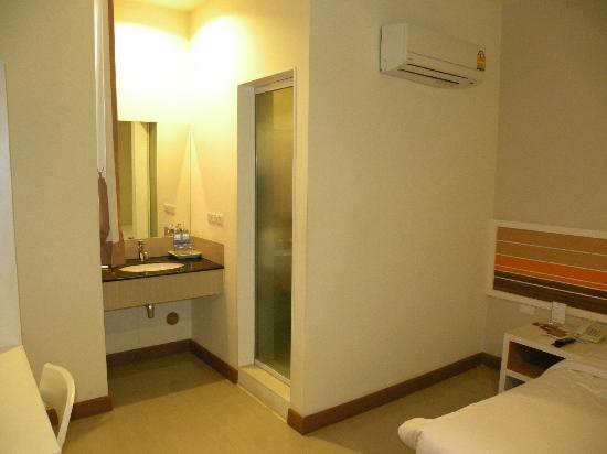Imm Hotel Thaphae Chiang Mai: Lavabo dentro de la habitación