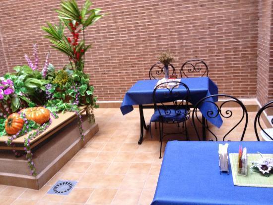 Hostal 4C Cuatro Caminos: Lovely courtyard