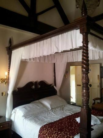 Greyhound Coaching Inn: The wonderful four poster bed!
