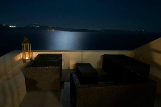 Lucky Homes - Oia: Panorama frontale dal balcone Perfect Hideaway Studio