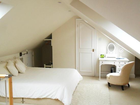 Petersfield, UK: Bedroom from suite