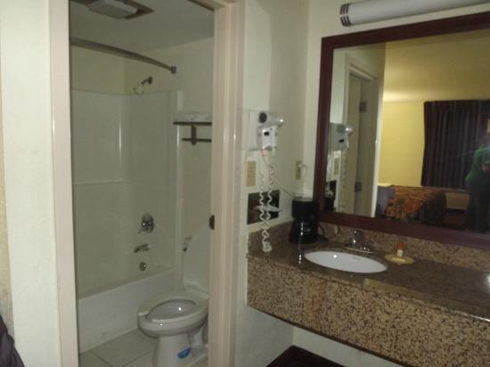 Days Inn Raleigh Beltline: Bathroom area. Sparkling clean