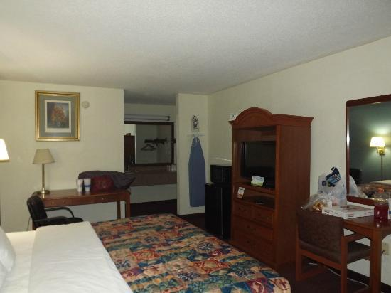 Days Inn Raleigh - Beltline: Another view of room