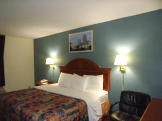 Days Inn Raleigh - Beltline: Comfortable King Bed