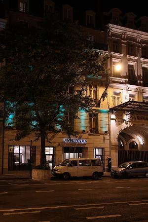 Marivaux Hotel: Street view of Hotel Entrance at night.