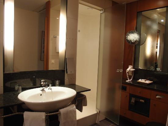 Leonardo Royal Hotel Mannheim: the bathroom is just nice