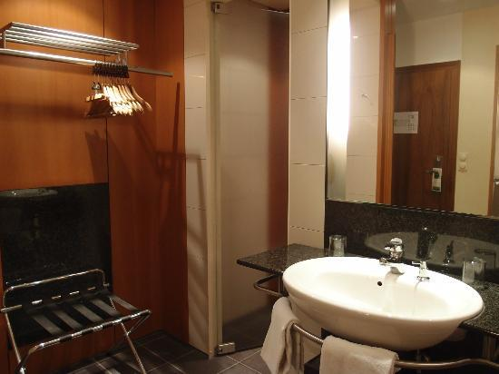 Leonardo Royal Hotel Mannheim: toilet and bathroom is separate