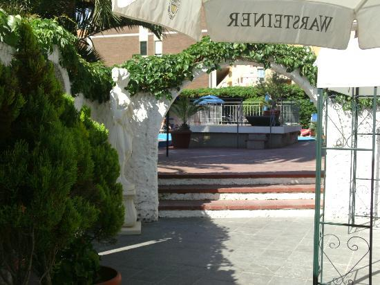 Hotel Riviera: Entrance to the pool area