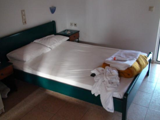 Denise Beach Hotel: Small bed.