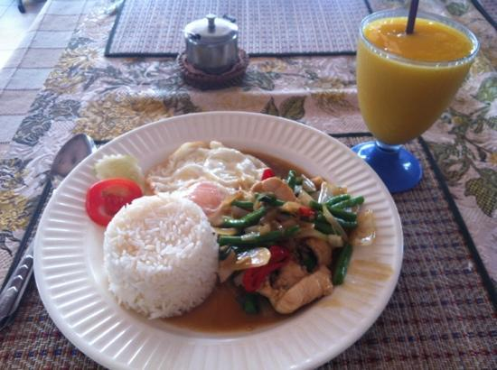 Phon-Non Cafe: Stir-fried chicken and rice
