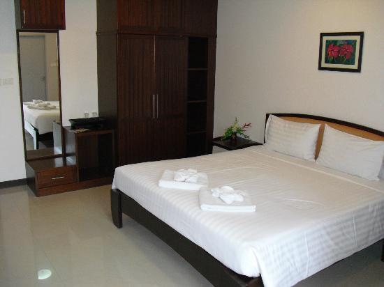 โรงแรมนราวรรณ: The bed and wardrobe in room 203 at Narawan Hotel in Hua Hin.