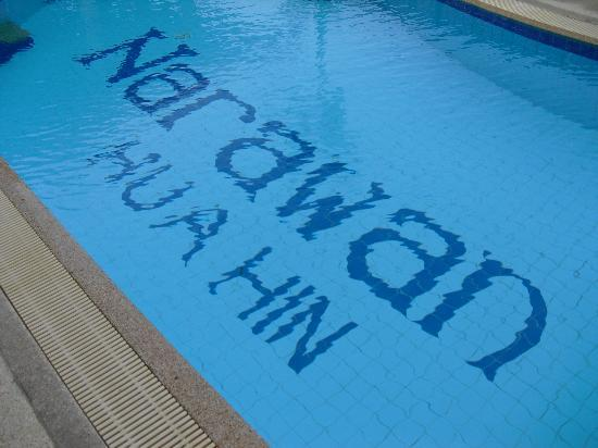 โรงแรมนราวรรณ: A close-up shot of the swimming pool at Narawan Hotel in Hua Hin.