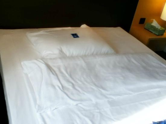 Welcome Hotel Essen : Bed - one pillow plus a small loose duvet