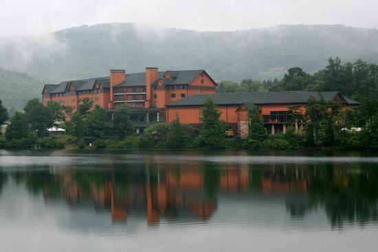 Rocky Gap Casino Resort: View of lodge from the Lake Habeeb