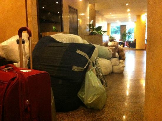 Rojas All Suite Hotel: Lobby & Reception with lot of stinking bags