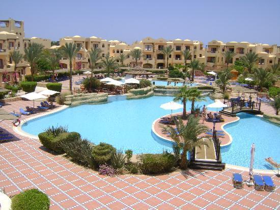 Iberotel Coraya Beach Resort: piscine + pool bar et l'hotel