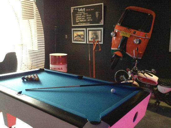 HARRIS Hotel Tebet: Pool table at bar