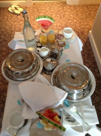 Radisson Blu Hotel, Letterkenny: wedding breakfast in bed!
