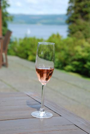 Stonefield Castle Hotel: enjoy the fizz from the patio!