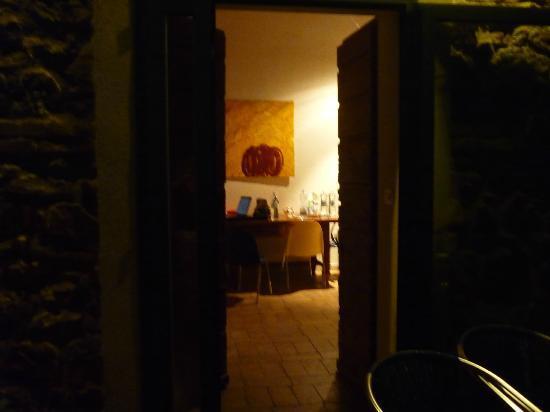 Fattoria Poggialberi: soggiorno: buio - pessimamente illuminato