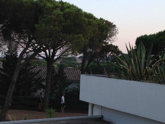 Zenitude Hotel-Residences La Tour de Mare: Vue de la chambre 'sur les toits et tuyaux de la clim)